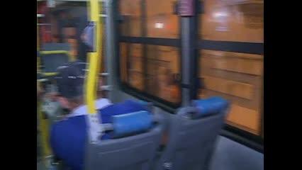 Ônibus é atacado a pedradas por vândalos no Poço, e um passageiro fica ferido