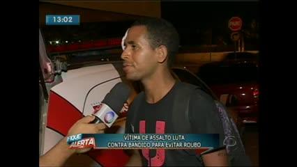 Um jovem lutou com um bandido para evitar o roubo de uma bicicleta na noite de ontem