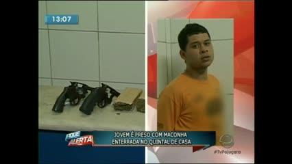 A policia encontrou seis tabletes de maconha, armas e uma balança de precisão na casa de um jovem