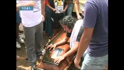 O corpo do pescador que morreu após ser atingido por moto aquática foi enterrado na tarde de ontem