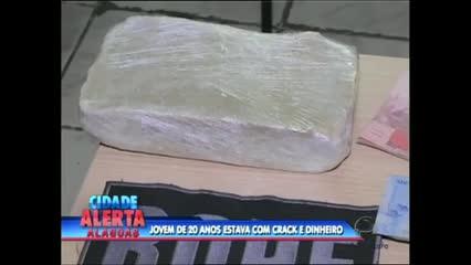 Um jovem foi preso com 1 kg de crack e R$ 3 mil reais no Benedito Bentes