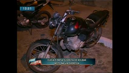 Dois jovens foram presos suspeitos de roubar uma moto na Via Expressa