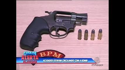 Dois homens foram presos nesta quarta-feira acusados de roubar uma Kombi no Graciliano Ramos