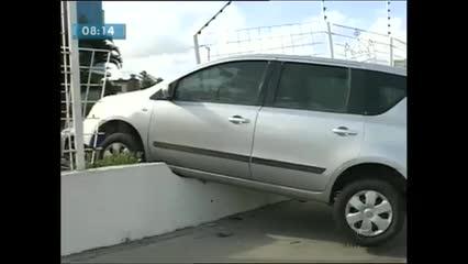 Motorista perdeu o controle e bateu no muro do Ministério Público Federal