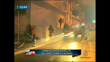 Bombeiros pedem reforço da PM durante combate a incêndio na Pitanguinha