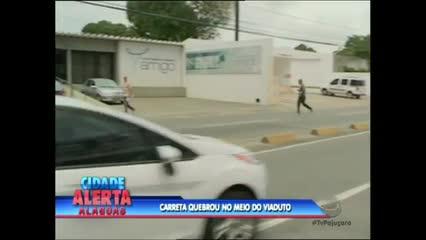 Uma carreta quebrada provocou um congestionamento na Ladeira Geraldo Melo
