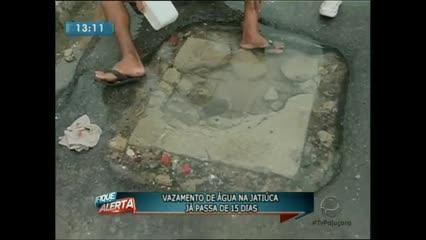 Um vazamento de água na Jatiúca já passa de 15 dias