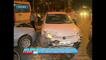 Um carro desgovernado bateu em dois veículos e atropelou um pedestre