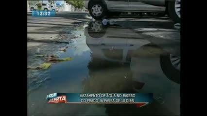 Vazamento desperdiça água potável no Prado