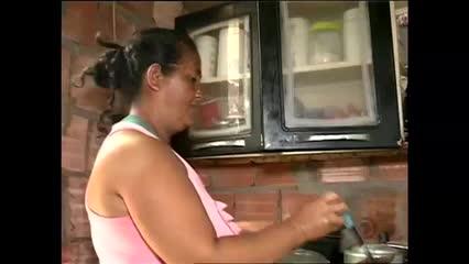 Preço do gás de cozinha faz famílias trocarem o botijão pelo fogo a lenha