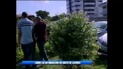 Carro caiu em ribanceira na Gruta de Lourdes