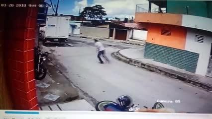 """Vídeo: homem reage e dá """"voadora"""" em assaltante na moto"""