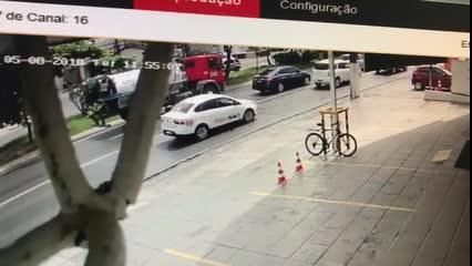 Vídeo mostra momento exato de acidente com motociclista na Fernandes Lima;
