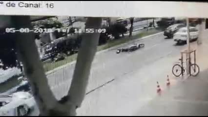 Vídeo mostra momento exato de acidente com motociclista na Fernandes Lima