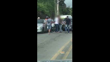 Dois homens se envolvem em uma briga de trânsito na Avenida Leste Oeste