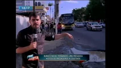 Buraco atrapalha o trânsito na Avenida Fernandes Lima