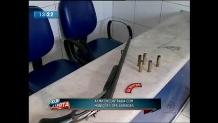 Arma foi encontrada abandonada em um terreno baldio