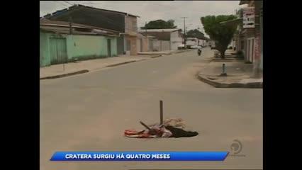 Moradores reclamam de buraco em rua do Clima Bom