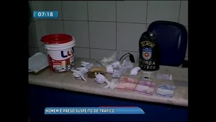 Homem foi preso acusado de tráfico de drogas no Conjunto Aprígio Vilela, no Benedito Bentes