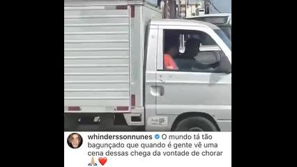 Motorista desce de ônibus para ajudar senhora a atravessar a rua em Fortaleza