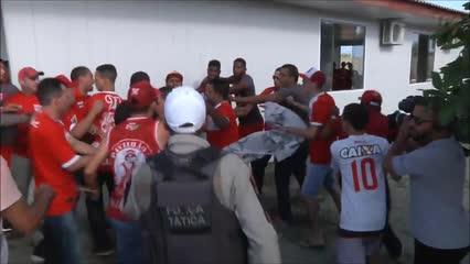 Vídeo mostra momento em que volante Feijão é agredido por torcedores do CRB