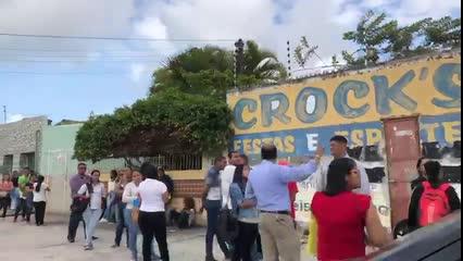 Centenas de pessoas formam fila para garantir vaga em feira da empregos em Maceió