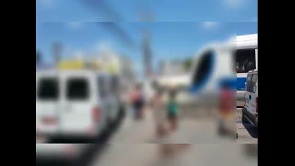 VLT é forçado a parar para aguardar passagem de van