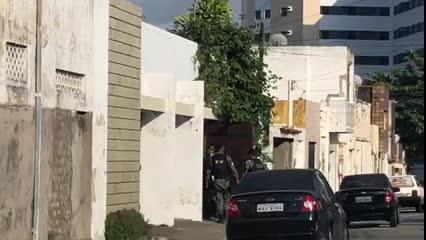 RP fecha rua no Farol para cumprir mandado e prende suspeito de tráfico
