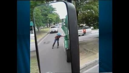 Pessoas se arriscam pegando carona em ônibus e caminhões