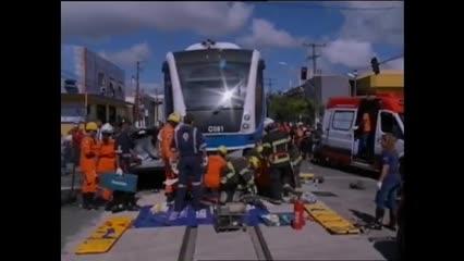 A imprudência de motoristas nos trilhos do VLT