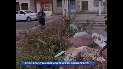 População transformou praça em ponto de lixo