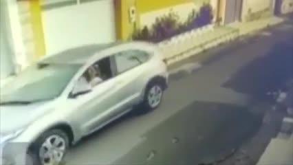 Câmeras flagram enfermeira atropelando cachorros no Maranhão