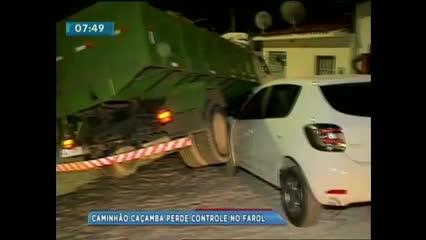 Caminhão caçamba perde o controle e bate em carro que estava estacionado