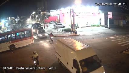 Ônibus avança sinal vermelho e atinge outro coletivo na Fernandes Lima
