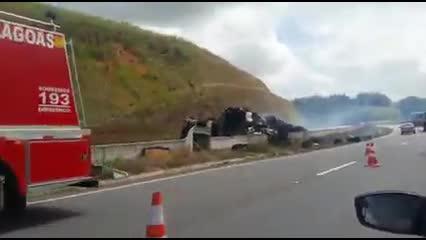 Incêndio em caminhão carregado de algodão na BR 101, em Messias