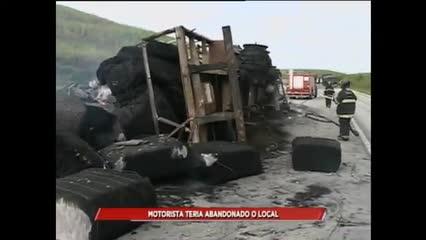 Caminhão tombou e pegou fogo na BR 101