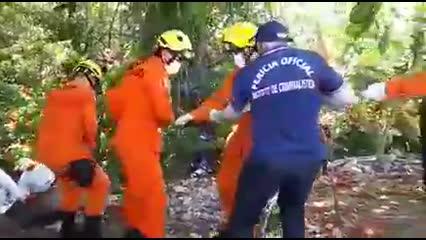 Corpo que pode ser de motorista é retirado do local com ajuda de militares dos Bombeiros