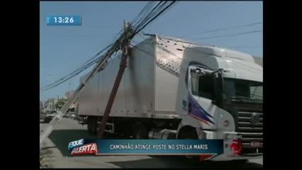 Caminhão atingiu poste no Stella Maris