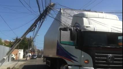 Caminhão-baú derruba fios na parte baixa de Maceió