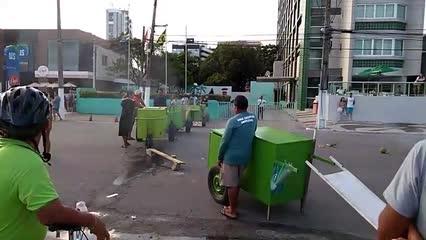 Vendedores de coco protestam após recolhimento de mercadorias na Pajuçara
