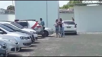 Mãe de criança achada em apartamento ainda não sabe que filho está morto, diz delegado