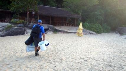 Conheça a rotina de um pescador de praia