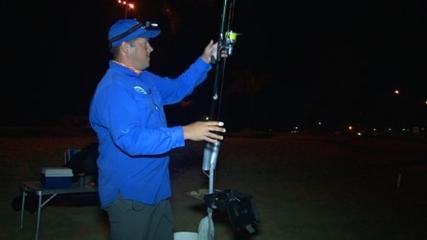 Pescaria noturna com chumbo de luz química