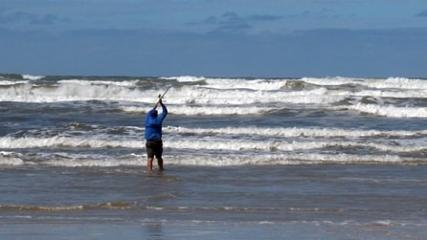 Pescaria em condições adversas na praia de Guaratuba