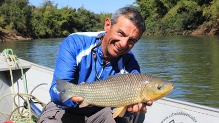 Pescando com vara de bambu no rio Miranda
