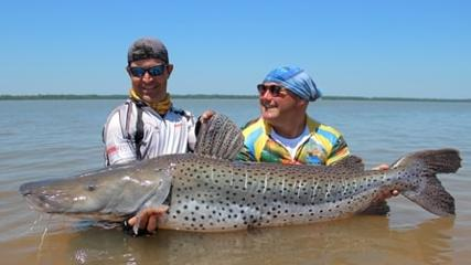 Pescador do boné virado em pescaria mista na Argentina!