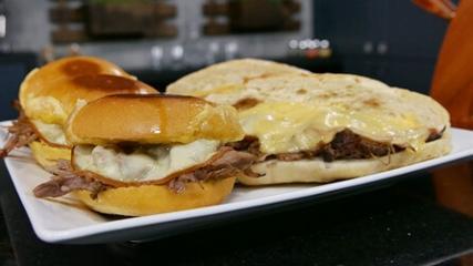 Carne suína e legumes assados na cerveja preta, sanduíche com carne desfiada e banana recheada assad