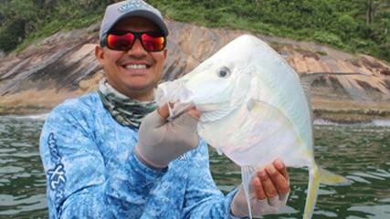Pesca com iscas naturais na costa paulista