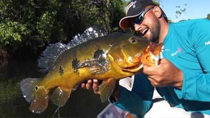 Pescaria com jig de pena no rio Azul