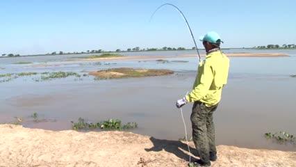 Pesca de fly com o pé na água